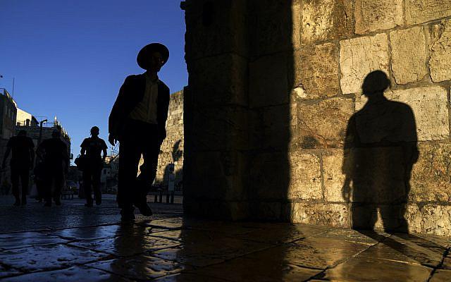 Des hommes juifs franchissant la porte de Jaffa dans la vieille ville de Jérusalem, le lundi 24 mai 2021, quelques jours après la conclusion d'un cessez-le-feu dans la guerre de 11 jours entre les dirigeants du Hamas de Gaza et Israël. (Photo AP / David Goldman)