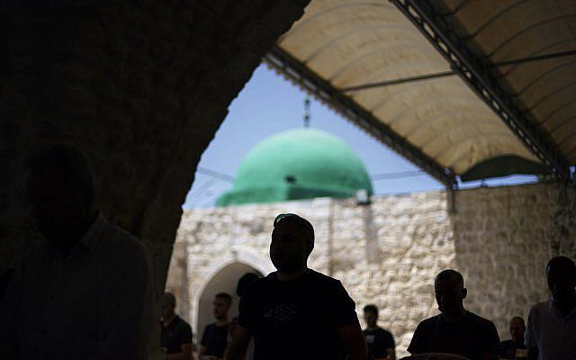 Prières du vendredi à la mosquée Al-Omari dans la ville mixte de Lod, dans le centre d'Israël, le vendredi 28 mai 2021, une semaine après l'entrée en vigueur d'un cessez-le-feu dans la guerre de 11 jours entre le Hamas et Israël. (Photo AP/David Goldman)