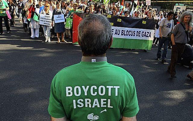 Rassemblement à Paris, en France, le 3 juin 2010, contre le raid israélien sur la flottille à destination de Gaza ; un homme au premier plan porte un t-shirt qui appelle au boycott d'Israël. (Jacques Brinon/ AP)