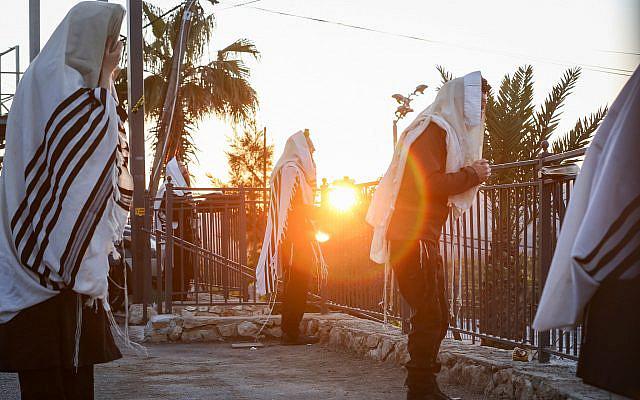 Prière matinale à Meron, dans le nord d'Israël, lors de l'épidémie de coronavirus, le 1er mai 2020. Photo de David Cohen / Flash90