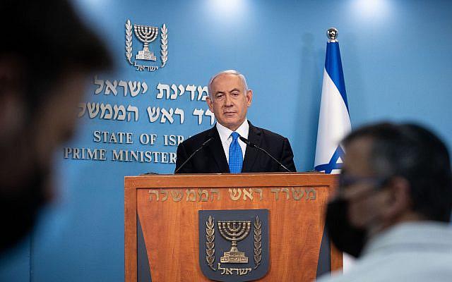 Le Premier ministre israélien Benjamin Netanyahu donnant une conférence de presse avec le ministre de la Santé Yuli Edelstein (invisible) au bureau du Premier ministre à Jérusalem, le 20 avril 2021. Photo de Yonatan Sindel / Flash90
