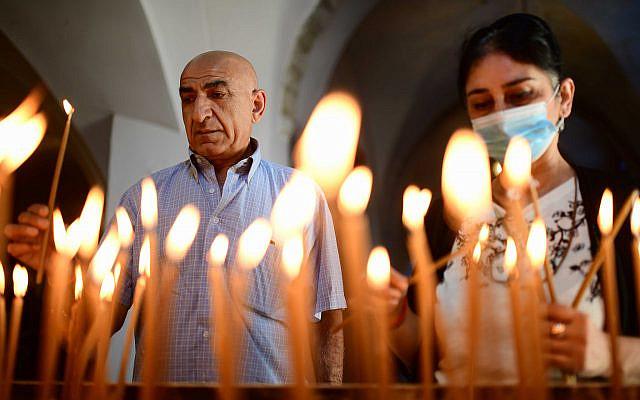 Des membres de la communauté arménienne de Jaffa effectuent une prière lors d'un service commémoratif organisé pour marquer le 106e anniversaire du génocide arménien, à l'église arménienne de Saint-Nicolas, à Jaffa, le 24 avril 2021. Photo de Tomer Neuberg / Flash90