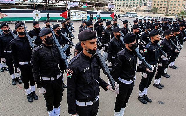 Membres palestiniens des forces de sécurité du Hamas qui ont terminé leur formation militaire, lors d'une cérémonie de remise de diplômes à Gaza, le 26 avril 2021. Photo par Atia Mohammed / Flash90