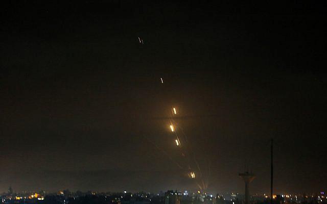 Des roquettes sont lancées vers Israël depuis Rafah, dans le sud de la bande de Gaza, au début du 12 mai 2021. Photo par Abed Rahim Khatib / Flash90