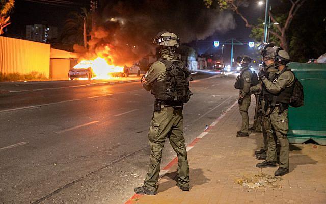 La police israélienne dans les rues de Lod, où la nuit dernière des synaogues et des voitures ont été incendiées ainsi que des magasins endommagés, par des résidents arabes. Le 12 mai 2021. Photo de Yossi Aloni / Flash90