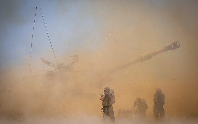 Le Corps d'artillerie de Tsahal (Force de défense israélienne) près de la frontière israélienne avec Gaza, le 12 mai 2021, à la suite d'un tir de roquettes et de missiles lourds tirés sur Israël par des militants à Gaza, le 12 mai 2021. Photo de Yonatan Sindel / Flash90