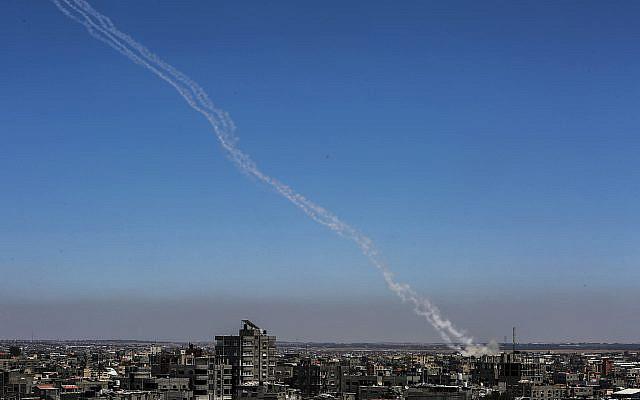 Des roquettes sont lancées vers Israël vu de Rafah, dans le sud de la bande de Gaza, le 14 mai 2021. Photo par Abed Rahim Khatib / Flash90
