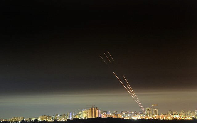 Système antimissile Dôme de fer tirant un missile d'interception alors que des roquettes sont tirées depuis la bande de Gaza vers Israël, vues depuis la ville d'Ashkelon, dans le sud d'Israël, le 17 mai 2021. Photo par Avi Roccah / Flash90
