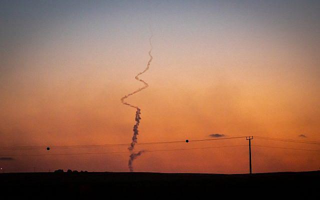 Des traînées de fumée lors d'un tir de roquette lancée depuis la bande de Gaza vers Israël, le 19 mai 2021. Photo d'Olivier Fitoussi / Flash90