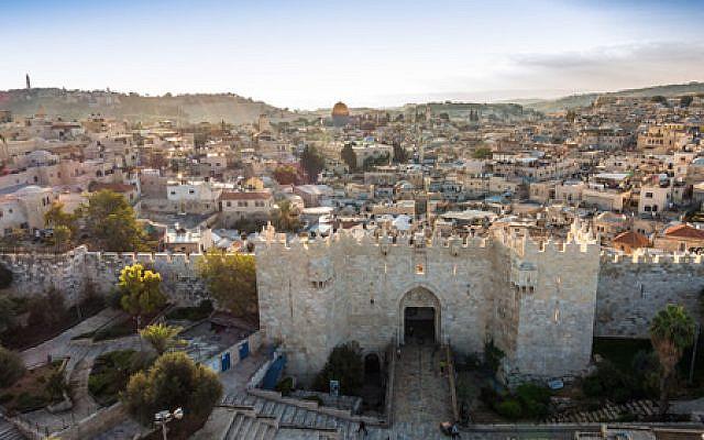Toits de la vieille ville de Jérusalem avec la porte de Damas, Israël. Moyen-Orient. © Stocklib / Jacek Sopotnicki