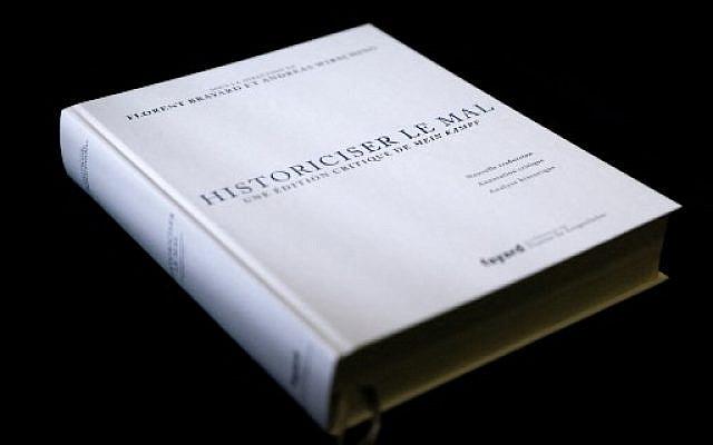 """Nouvelle édition française de """"Mein Kampf"""" d'Adolf Hitler, l'un des livres les plus notoires au monde, publié pour la première fois en deux tomes en 1924 et 1925, il pose les fondements idéologiques du national-socialisme, notamment son adhésion à la violence et à l'antisémitisme. (Photo par Thomas SAMSON / AFP)"""