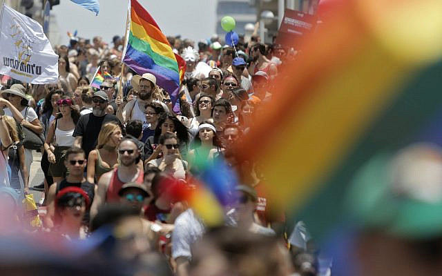 Des Israéliens et des touristes participent au défilé de la Gay Pride à Tel Aviv, Israël, le vendredi 8 juin 2018. La municipalité de Tel Aviv a annoncé que 250 000 personnes ont célébré vendredi. (Photo AP/Sebastian Scheiner)