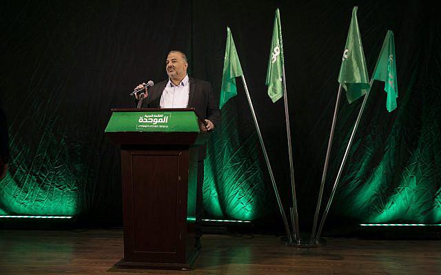Mansour Abbas, leader de la Liste arabe unie, également connu sous le nom hébreu Ra'am, faisant une déclaration à Nazareth, Israël, le jeudi 1er avril 2021. (AP Photo/Ariel Schalit)