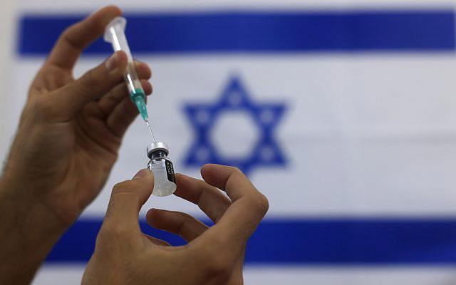 Photo d'archive du 7 janvier 2021, un ambulancier militaire israélien prépare un vaccin Pfizer COVID-19, à administrer aux personnes âgées dans un centre médical à Ashdod, dans le sud d'Israël. AP Photo/Tsafrir Abayov, Dossier)