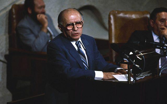 DOSSIER - Dans cette photo d'archive du 29 juin 1982, le Premier ministre israélien Menachem Begin s'entretient avec des membres du Parlement israélien à la Knessett au sujet de la situation au Liban. (AP Photo/Castelnuovo, Dossier)