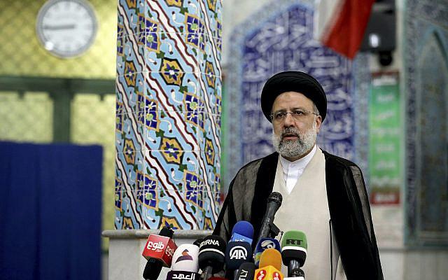 Ebrahim Raisi, candidat aux élections présidentielles iraniennes, s'adresse aux médias après avoir voté dans un bureau de vote à Téhéran, Iran, le vendredi 18 juin 2021. L'Iran a commencé à voter vendredi lors d'une élection présidentielle inclinée en faveur d'un protégé pur et dur du guide suprême, l'ayatollah Ali Khamenei, alimentant l'apathie du public et déclenchant des appels au boycott dans la République islamique. (Photo AP/Ebrahim Noroozi)