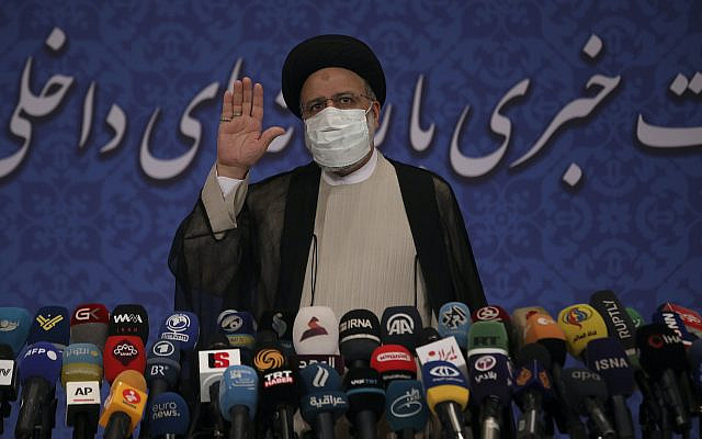 Le nouveau président iranien élu, Ebrahim Raisi, s'exprime lors d'une conférence de presse à Téhéran, en Iran, le lundi 21 juin 2021. (AP Photo/Vahid Salemi)