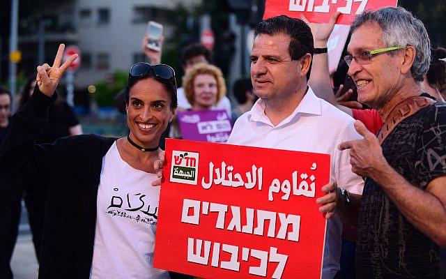 Le chef de la liste commune Ayman Odeh et Noa, Achinoam Nini, vu lors d'une manifestation à Tel Aviv, le 15 mai 2021. Photo de Tomer Neuberg/Flash90