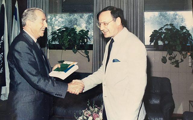 Le Président Haïm Herzog félicite Freddy Eytan pour son ouvrage sur le «Conflit arabe - de Balfour à nos jours» paru en 1989 aux Editions Akademon- Université hébraique de Jérusalem.