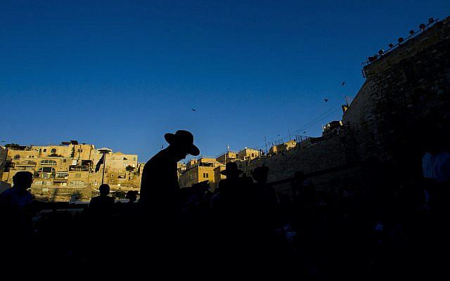 Juif ultra-orthodoxe prie pendant le deuil de Tisha B'Av au Mur occidental, le site le plus saint où les Juifs peuvent prier, dans la vieille ville de Jérusalem, le mardi 9 août 2011. (AP Photo/Bernat Armangue)