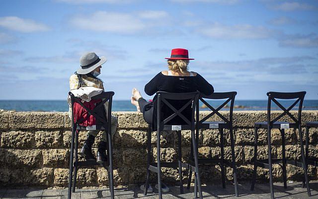 DOSSIER – Photo d'archive du 7 mars 2021, café surplombant la mer Méditerranée à Tel Aviv, Israël (AP Photo/Ariel Schalit, dossier)