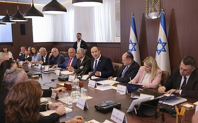 Le Premier ministre israélien Naftali Bennett, au centre, présidant la première réunion hebdomadaire du cabinet du nouveau gouvernement à Jérusalem, le dimanche 20 juin 2021. (Emmanuel Dunand/Pool Photo via AP)