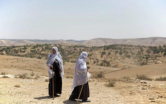 DOSSIER - Dans cette photo d'archive du 27 août 2015, deux femmes bédouines marchant au sommet d'une colline. (AP Photo / Ariel Schalit, Dossier)