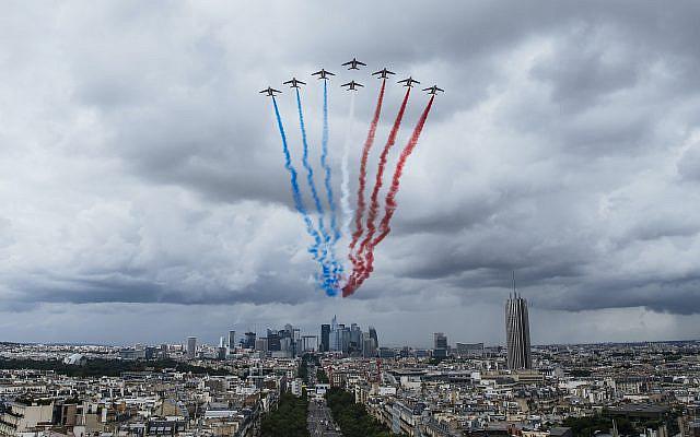 La Patrouille de France de l'armée de l'air française lors d'une répétition du défilé du 14 juillet à Paris, le lundi 12 juillet 2021. (AP Photo/ Lewis Joly)