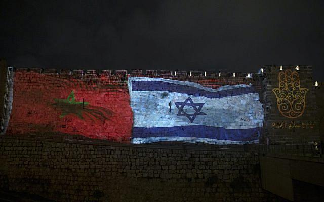 """Pphoto d'archive du 23 décembre 2020, les drapeaux nationaux d'Israël et du Maroc sont projetés sur les murs de la vieille ville de Jérusalem, avec le mot """"paix"""" en anglais, hébreu et arabe. (AP Photo/Maya Alleruzzo, dossier)"""