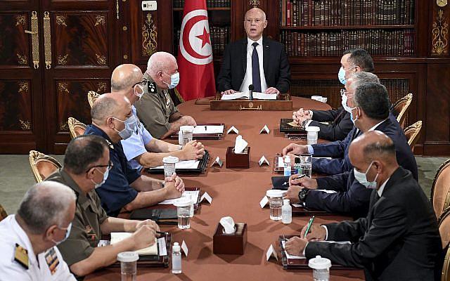Le président tunisien Kais Saied, au centre, dirigeant une réunion de sécurité avec des membres de l'armée et des forces de police à Tunis, en Tunisie, le dimanche 25 juillet 2021. Des troupes ont encerclé le parlement tunisien et empêché son président Rached Ghannouchi d'entrer après que le président a suspendu la législature et limogé le Premier ministre à la suite de manifestations à l'échelle nationale contre les troubles économiques du pays et la gestion par le gouvernement de la crise des coronavirus. (AP Photo/Slim Abid)