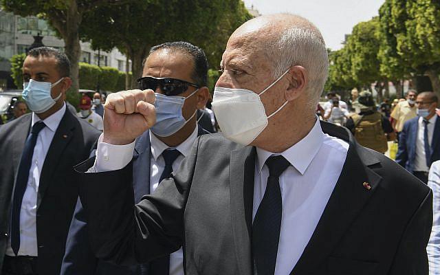 Le président tunisien Kais Saied le long de l'avenue Bourguiba à Tunis, Tunisie, dimanche 1er août 2021. (Slim Abid/Présidence tunisienne via AP)