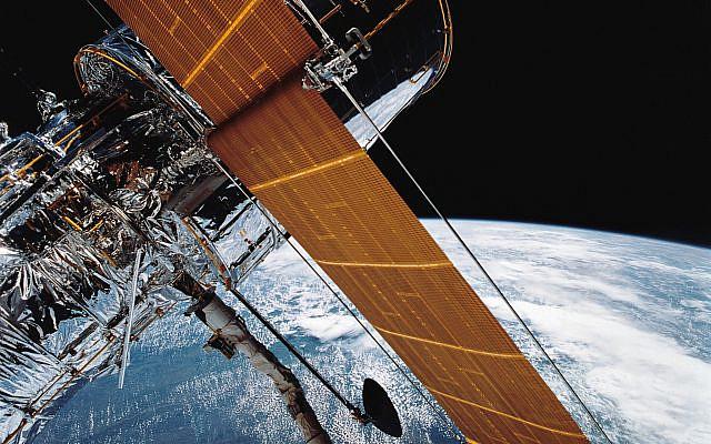 Une des premières photos publiées par la NASA le 30 avril 1990, de la mission STS 31 de cinq jours.