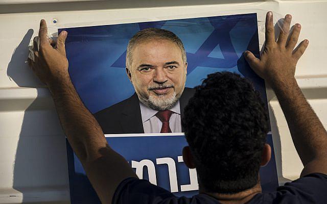 Affiche d'Avigdor Liberman, chef du parti nationaliste de droite Yisrael Beiteinu (Israel Our Home), le mardi 17 septembre 2019. (AP Photo/ Tsafrir Abayov)