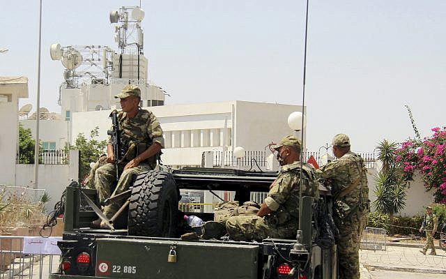 Des soldats tunisiens bloquant l'entrée de la télévision d'État tunisienne à Tunis, en Tunisie, le lundi 26 juillet 2021. Des troupes ont encerclé le parlement tunisien et bloqué l'entrée de son président lundi après que le président a suspendu la législature et limogé le Premier ministre à la suite de manifestations nationales contre le pays les troubles économiques et la gestion par le gouvernement de la crise du coronavirus. (Photo AP/Hedi Azouz)
