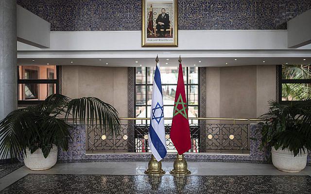 Drapeaux marocain et israélien sont exposés au ministère marocain des Affaires étrangères lors d'une visite officielle du ministre israélien des Affaires étrangères Yair Lapid à Rabat, au Maroc, le mercredi 11 août 2021. (AP Photo/Mosa'ab Elshamy)