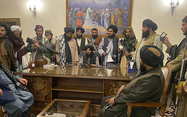 Des combattants talibans prenant le contrôle du palais présidentiel afghan après que le président Ashraf Ghani ai fui le pays, à Kaboul, en Afghanistan, le dimanche 15 août 2021. (AP Photo/Zabi Karimi)