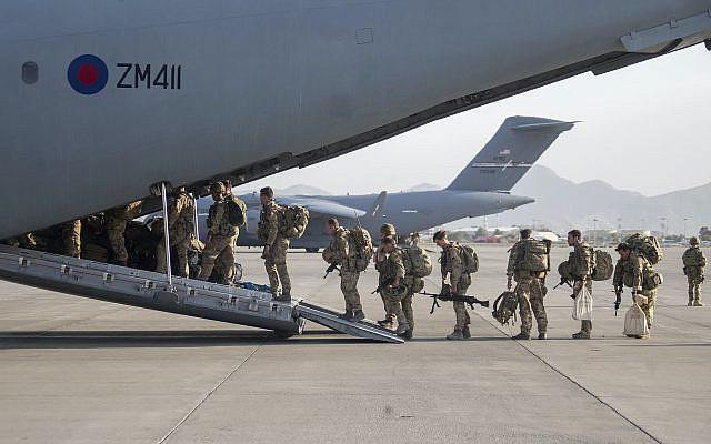 Sur cette photo fournie par le ministère de la Défense, des militaires britanniques à bord d'un avion A400M au départ de Kaboul, en Afghanistan, le samedi 28 août 2021. La Grande-Bretagne a mis fin aux vols d'évacuation de l'aéroport de Kaboul et a commencé à ramener les troupes britanniques chez elles. Le ministère britannique de la Défense a déclaré que le dernier vol pour les citoyens afghans avait quitté Kaboul. D'autres vols au cours du week-end ramèneront chez eux des troupes et des diplomates britanniques et quelques civils restants. (Jonathan Gifford/Ministère de la Défense via AP)