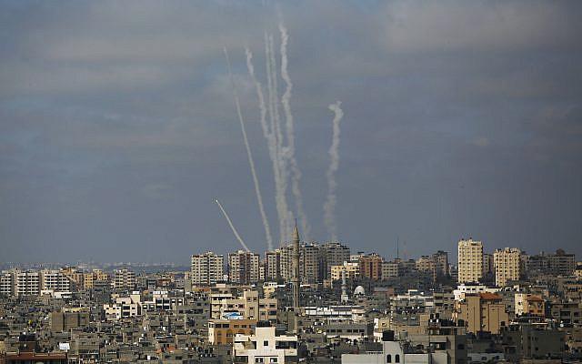 DOSSIER - Dans cette photo d'archive du 20 mai 2021, roquettes lancées depuis la bande de Gaza vers Israël, dans la ville de Gaza. (AP Photo/Hatem Moussa, Dossier)
