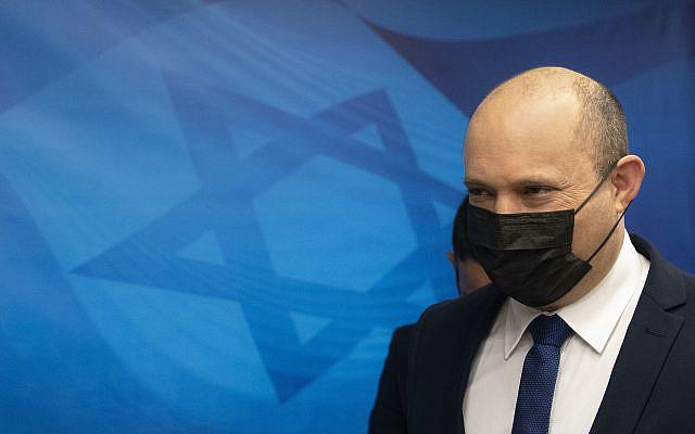 Le Premier ministre israélien Naftali Bennett arrivant pour la réunion hebdomadaire du cabinet au bureau du Premier ministre à Jérusalem, le dimanche 5 septembre 2021. (AP Photo/Sebastian Scheiner, Pool)