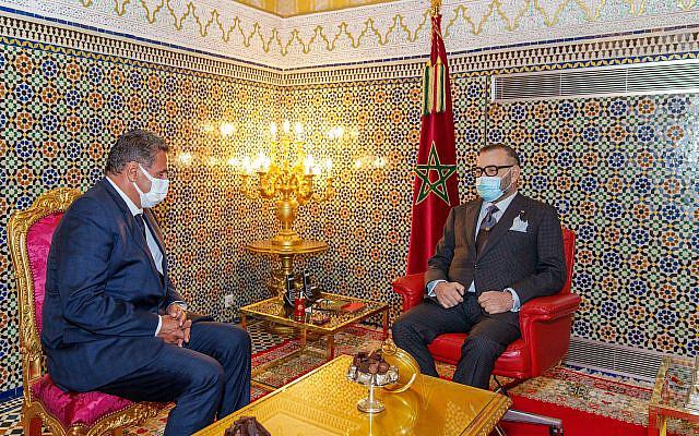Sur cette photo diffusée par le Palais Royal, le Roi du Maroc Mohammed VI, à droite, reçoit Aziz Akhannouch le président du Rassemblement National des Indépendants (RNI), vainqueur des élections législatives au Palais Royal de Fès, au Maroc, vendredi 7 septembre. 10, 2021. Le monarque a chargé le nouveau chef de l'État de constituer le nouveau gouvernement. (Palais royal marocain via AP)