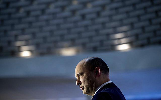Le Premier ministre israélien Naftali Bennett assistant à une cérémonie commémorative à l'occasion du 48e anniversaire de la guerre du Yom Kippour entre Israël et les États arabes en 1973, au mont Herzl à Jérusalem, le dimanche 19 septembre 2021. (Ohad Zwigenberg/Pool via AP)