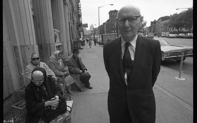 Isaac Bashevis Singer posant près de personne de l'ancienne génération et de la nouvelle – New-York, années 1950. Crédit : David Attie