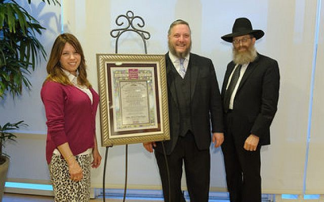Efrat Kagan and Rabbi Aaron Kagan (center) are joined by Rabbi Levi Langer during the Kollel tribute. (Photo by Eliran Shkedi)