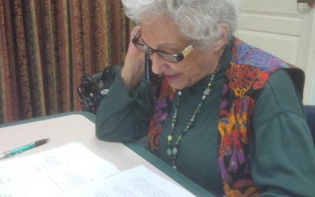 "Weinberg Terrace resident Doris Kennedy says ""thank you"" to a JAA benefactor.  Photo by Adam Reinherz"