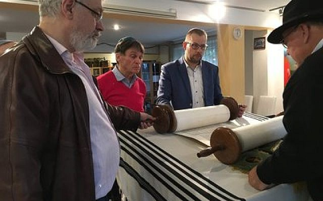Beit Centrum Ki Tov welcomes its first Torah, courtesy of Temple Hadar Israel.  Photo by Lorraine Lipman