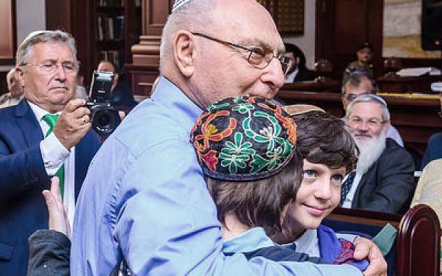 Ephraim Lapid hugs the children of Yanush Ben Gal in Kazan in September.   Photo by Limmud FSU