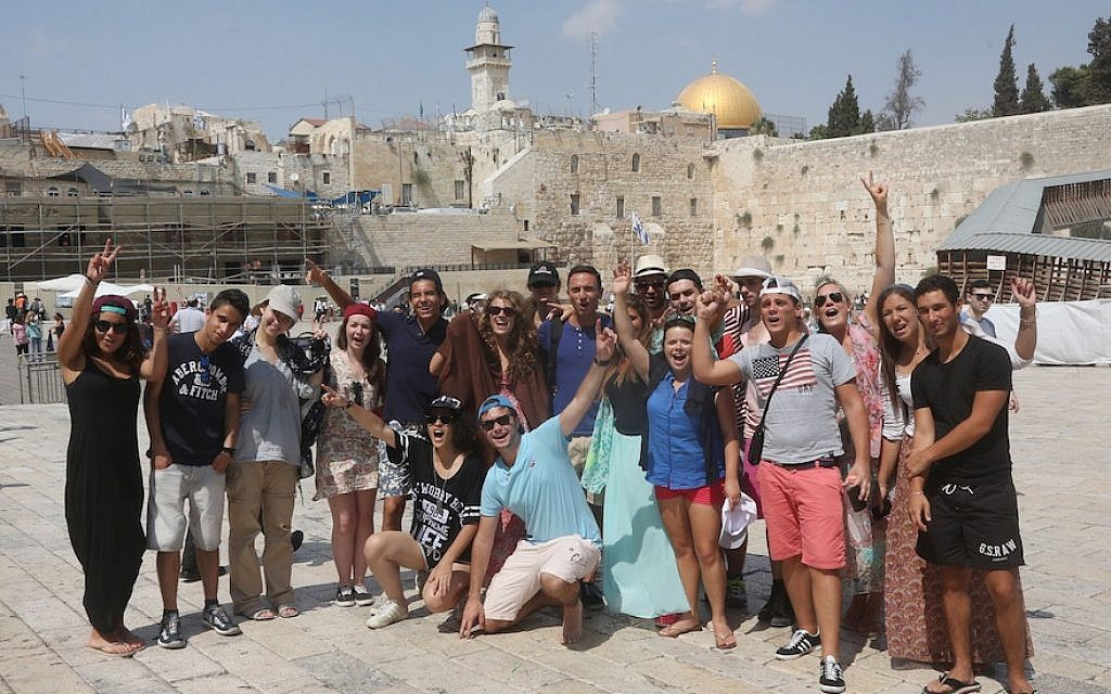 Birthright Israel participants visit the Western Wall. (Photo by Flash90)