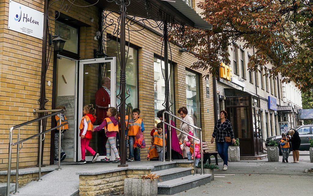 Children enter the Halom Jewish Community Center in Kiev, Ukraine. (Photo by Cnaan Liphshiz / JTA)