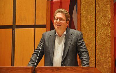 Jeremy Dauber talks about Jewish comedy at Rodef Shalom Congregation. (Photo by Adam Reinherz)