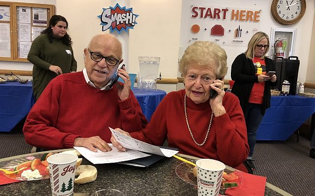 Volunteers Milt and Sarita Eisner work the phones at the JCC. (Photo by Jim Busis / PJC)
